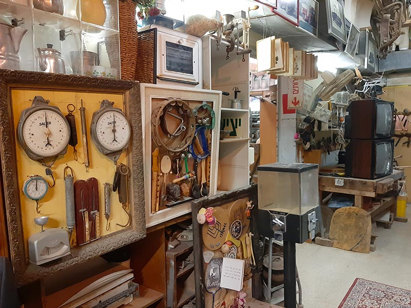 דוד וכמה מהחפצים במוזיאון הדוידקה שלו. הכל נמצא או הוחלף, שום דבר לא נקנה