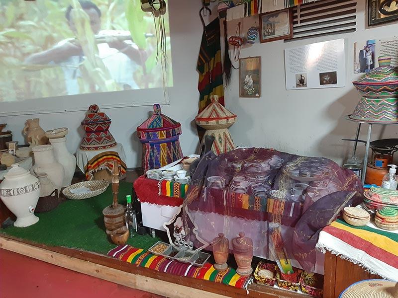 להכיר את המסורת: בקתת נידה (למעלה) וחפצים אותנטיים במרכז החוויה האתיופית