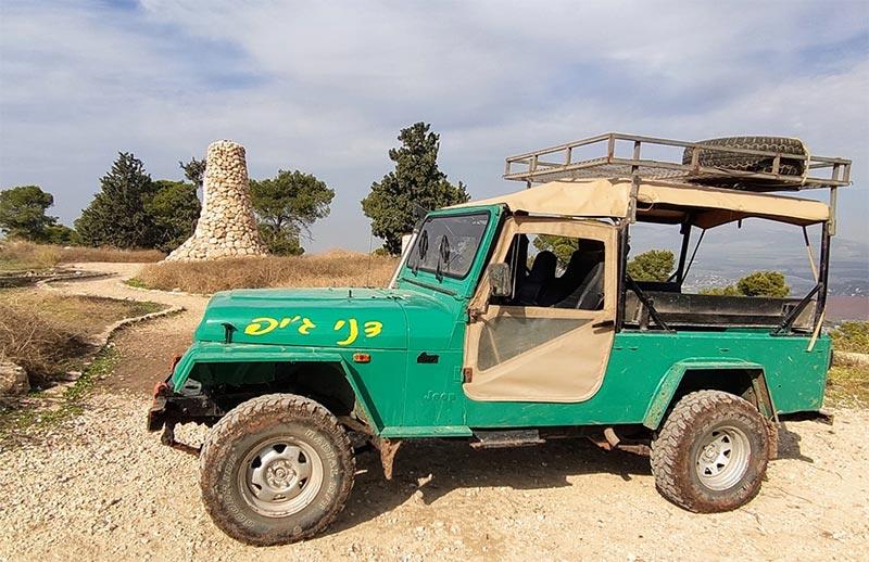 הג'יפ הירוק על רקע הגלעד בגבעת יהונתן | צילום: דני הרן