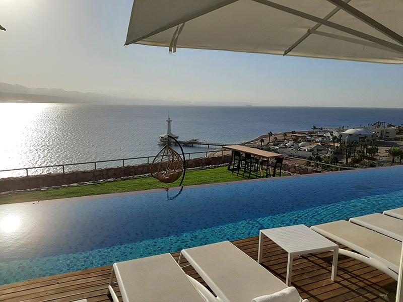 בריכה משקיפה אל הים במלון רויאל שנגרילה