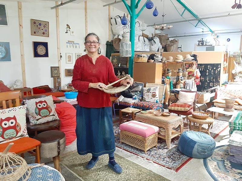 סימה אורן, הלא היא סימה סלימה, בסטודיו הצבעוני שלה. בגיל 40 גילתה את אמנות הקליעה ומאז חייה השתנו