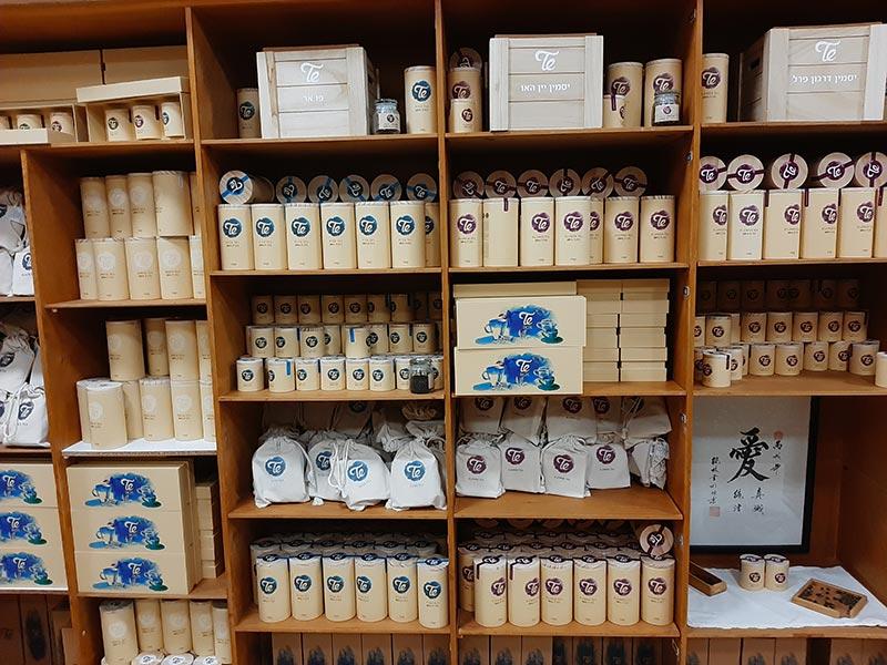 בית התה בבית אלפא. מארזי תה מסודרים בתאים שבהם בעבר הונחה הכביסה הנקייה של חברי הקיבוץ