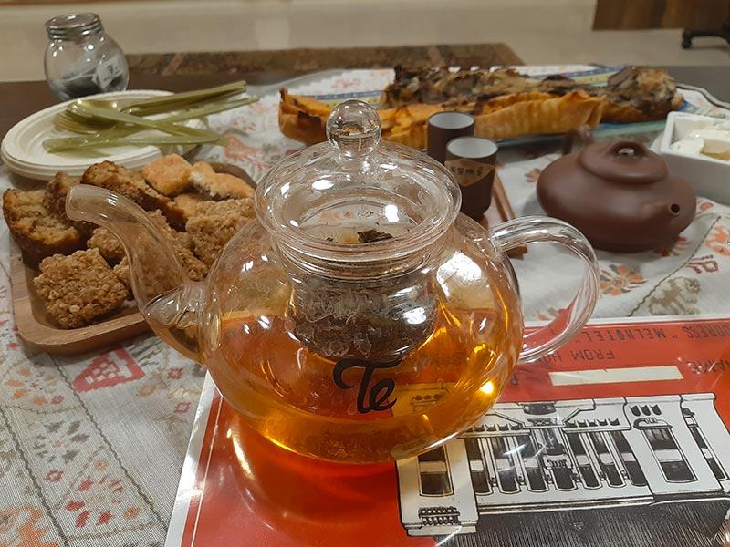 טעימות תה לצד מטעמים מעשה בית | צילום: רותם בר כהן