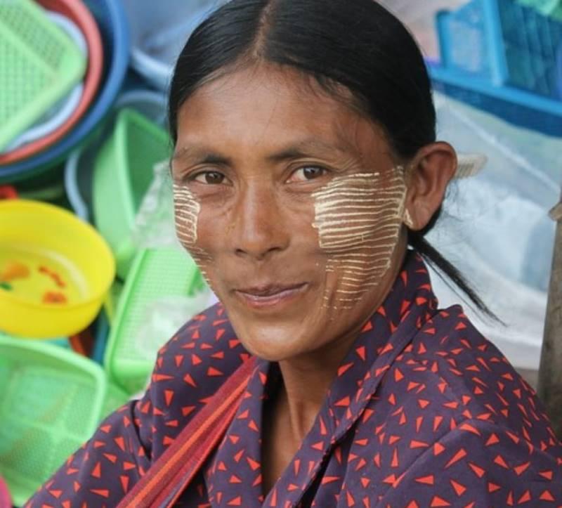 הטאנקה המרוחה על פני האישה נועדה להגן עליה מהקרינה ומדגיש את תווי פניה (צילום איתן קרן)
