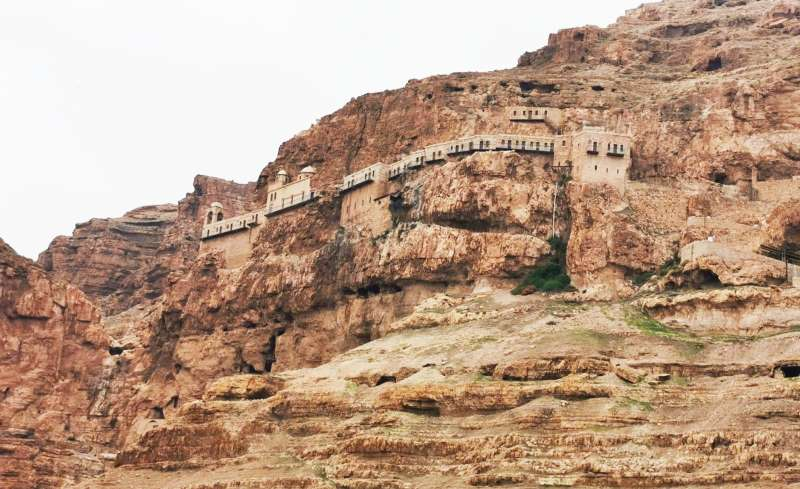 מנזר הקרנטל היווני אורתודוקסי נבנה בתוך מצוק מרשים וזקוף המתנשא מעל העיר
