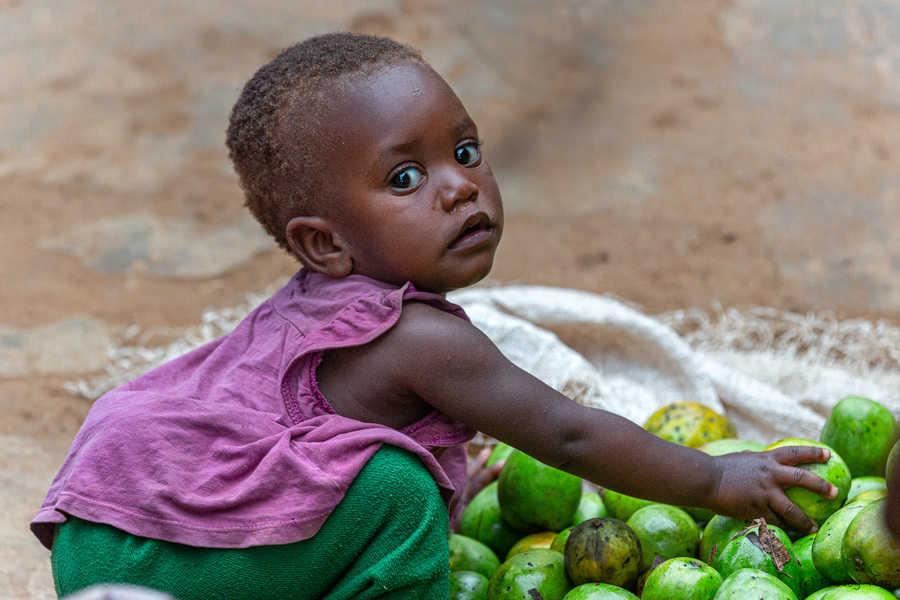 ילדה בשוק. צילום רפי קורן