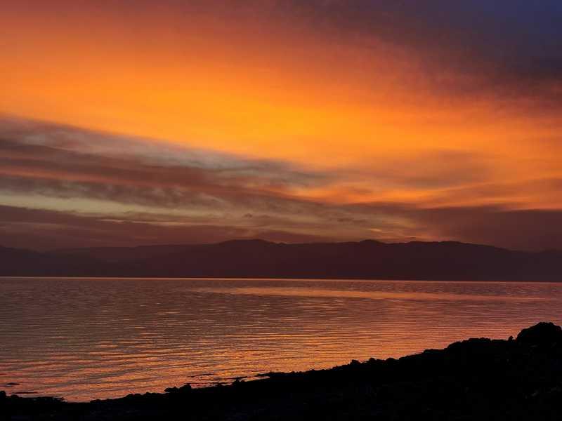 ים המלח וברקע הרי אדום