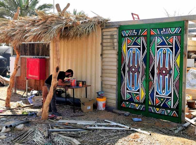 מרכיב שערים עם ציורים מסורתיים מאפריקה