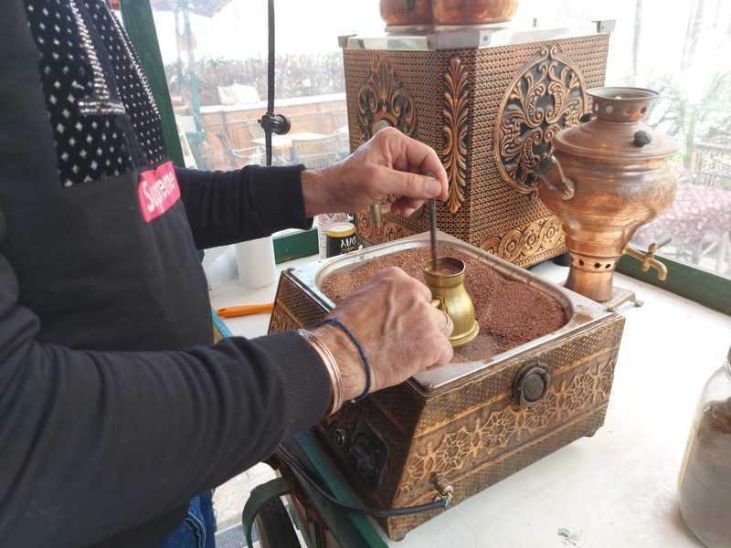 ג'וני מקפה פיירוז מכין קפה בפינג'אן אישי
