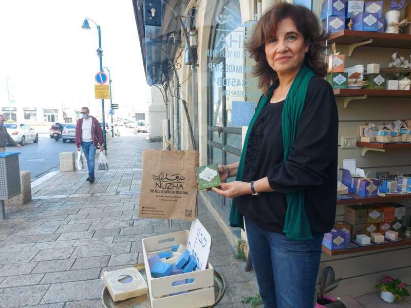 עליא אבו שמיס בפתח חנות הסבונים שלה   הצילומים בכתבה: רותם בר כהן