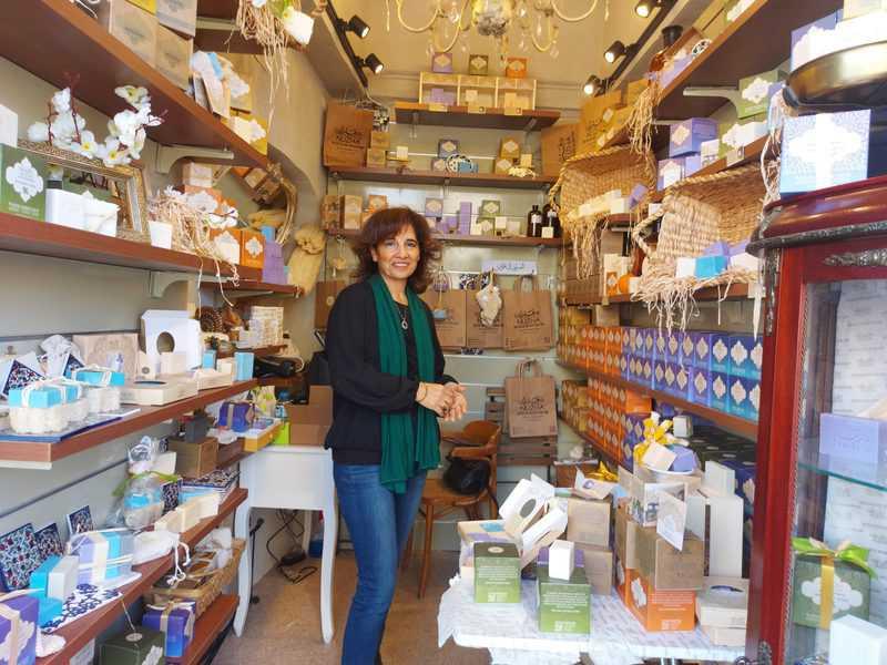 עליא אבו שמיס בחנות הסבונים שלה