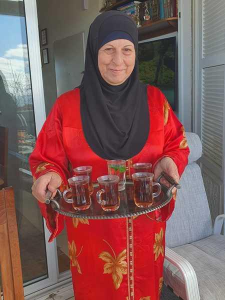 עליא דסוקי מארחת בביתה שבשכונת עג'מי