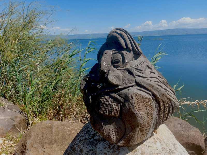 פסל על שפת הכנרת בקיבוץ גינוסר | צילום: רותם בר כהן