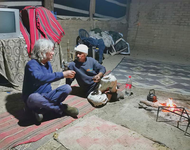 עכשיו ישבנו סביב מדורת האוהל. ענפי שיטה בערו לאט בלי עשן והפיצו חום נעים. שתינו תה מתוק כמו פעם ושאלתי את סולימאן מה זה אומר להיות גשש