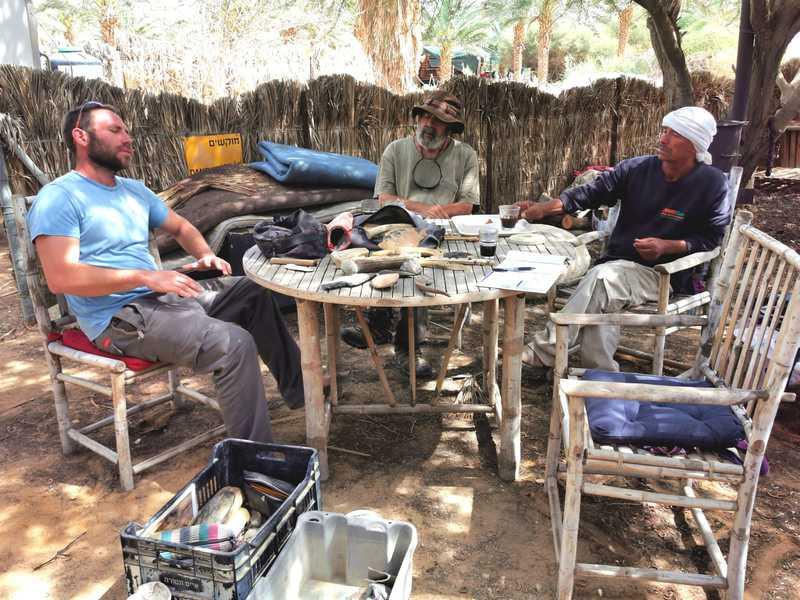 סצנה שניה – בן פריטל עופר וסולימאן יושבים סביב השולחן העגול במטע הדקלים בחוות התנינים