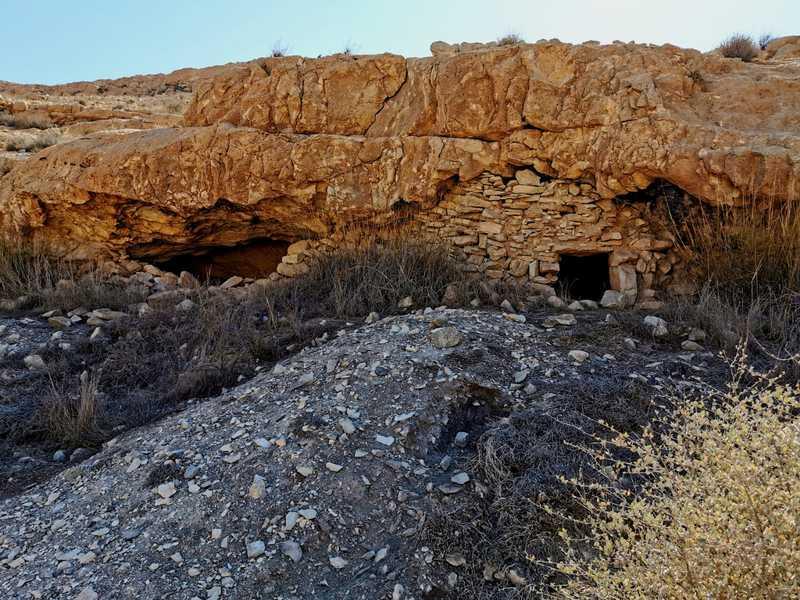 הבדואים בנו מטמירים, חדרי מערות, בהם הטמינו את הרכוש שלהם בעת הנדידה העונתית