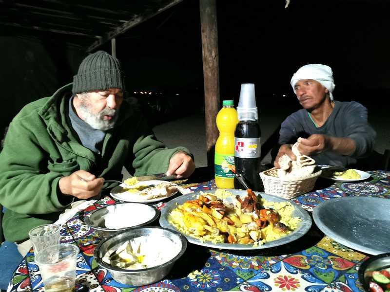 סצנה שלישית - סולימאן עופר ואני יושבים סביב מגש מטפונה באוהל האירוח של סולימאן