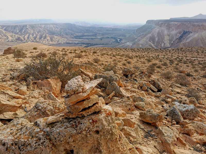 בראש מעלה דיבשון עצרתי למנוחה מול נופי המדבר