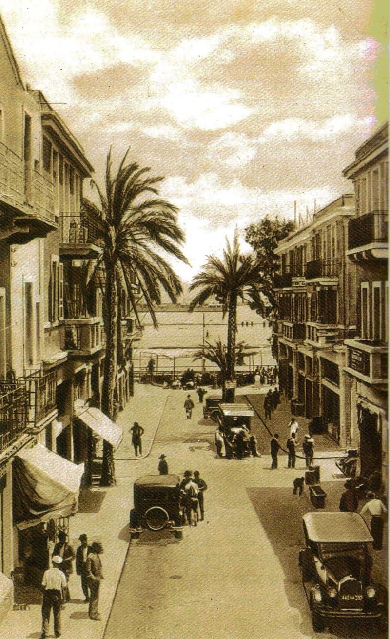 המרכז המסחרי הישן בראשית המאה שעברה. בקצה הרחוב, במקום שהיום עוברת דרך העצמאות הסואנת, היה ים