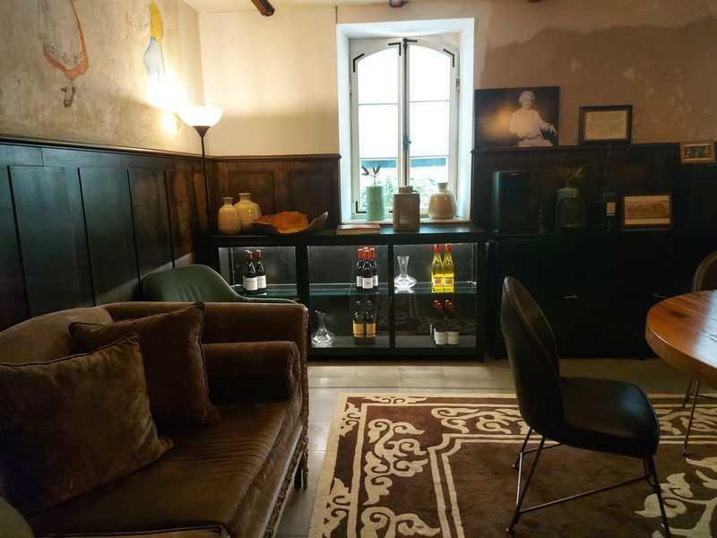 לאונג' במרתף מלון דריסקו עם ציורי קיר מקוריים מראשית המאה הקודמת