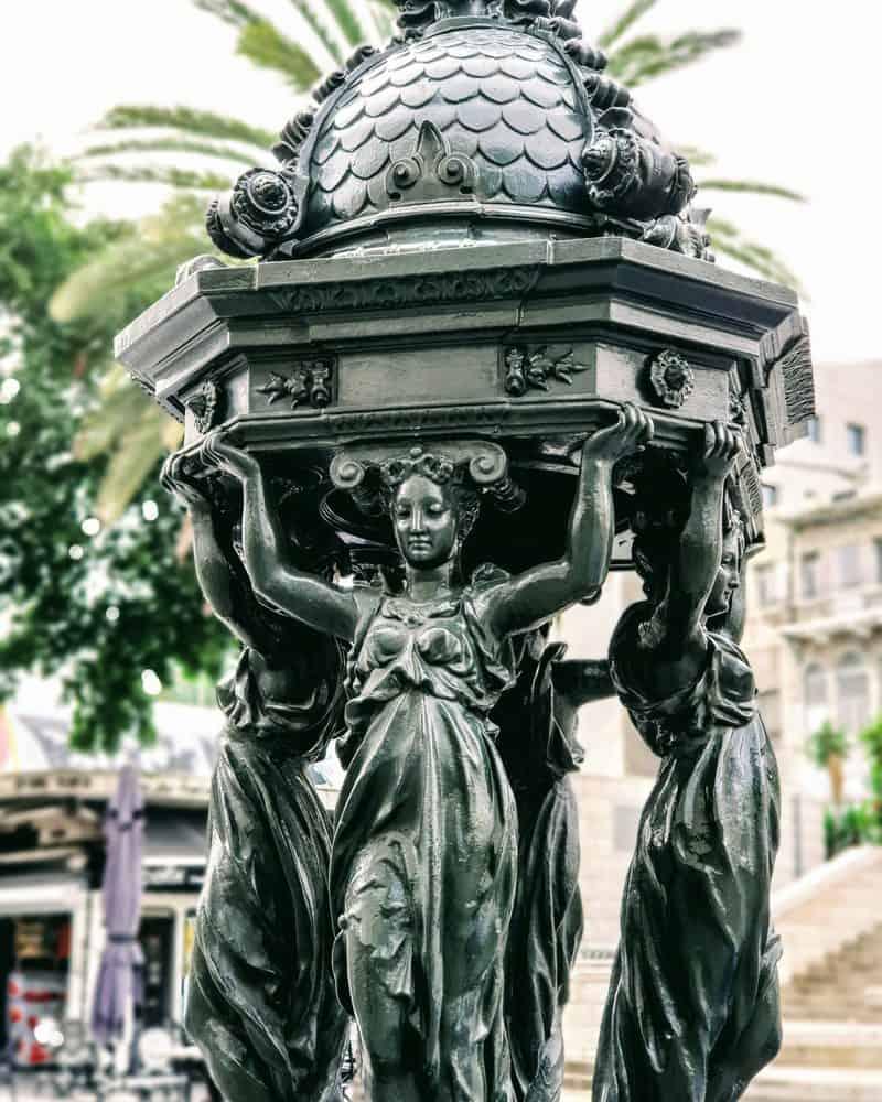כיכר פריז. עיר האורות המקורית תרמה פריטים, בהם מזרקה מעוטרת