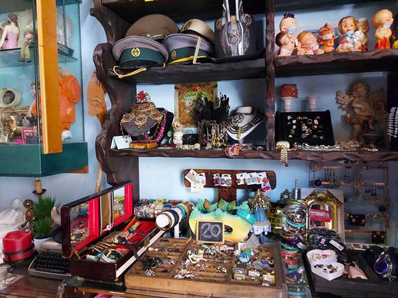 זהבה אהרון בחנות שלה, בובה זהבה. אוצרות קטנים, בגדי וינטאג' ובגדים שהיא עצמה תופרת