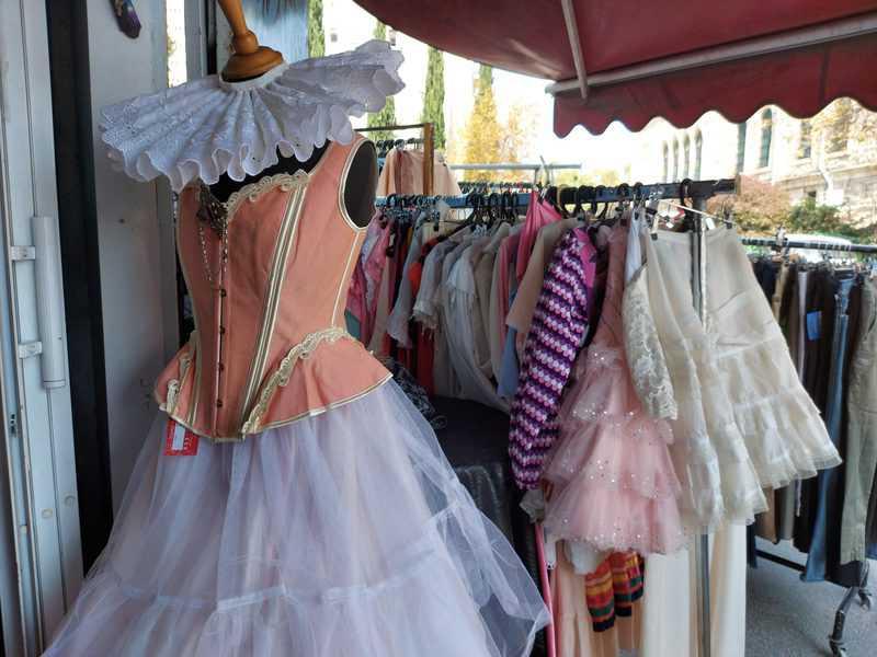 זהבה אהרון בחנות שלה, בובה זהבה. אוצרות קטנים, פרטי וינטאג' ובגדים שהיא עצמה תופרת
