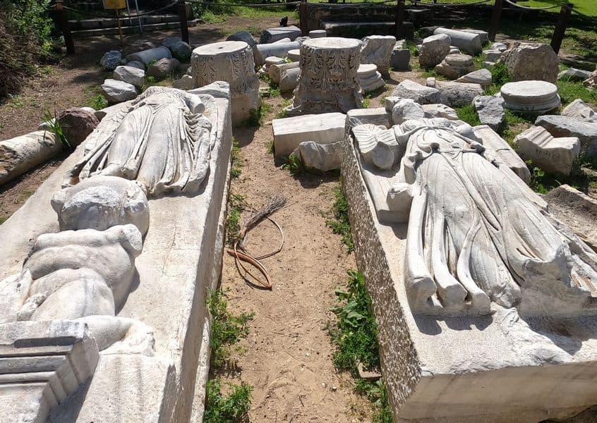 Estatua de Nika - la diosa de la victoria, llevada en tierra Dios de levadura Atlas y estatua de Isis - diosa egipcia en forma de Ticha, la diosa de la fortuna de la ciudad - Foto de Yaniv Cohen Nature and Parks Authority