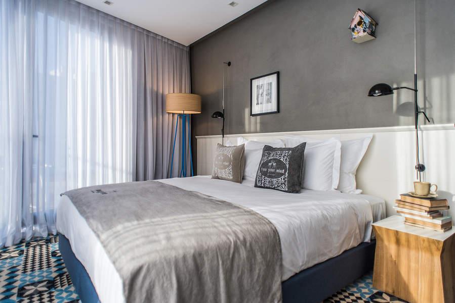 חדר במלון בצלאל. אכסניה לעיצוב ואמנות ישראלית   צילום: סיון אסקיו