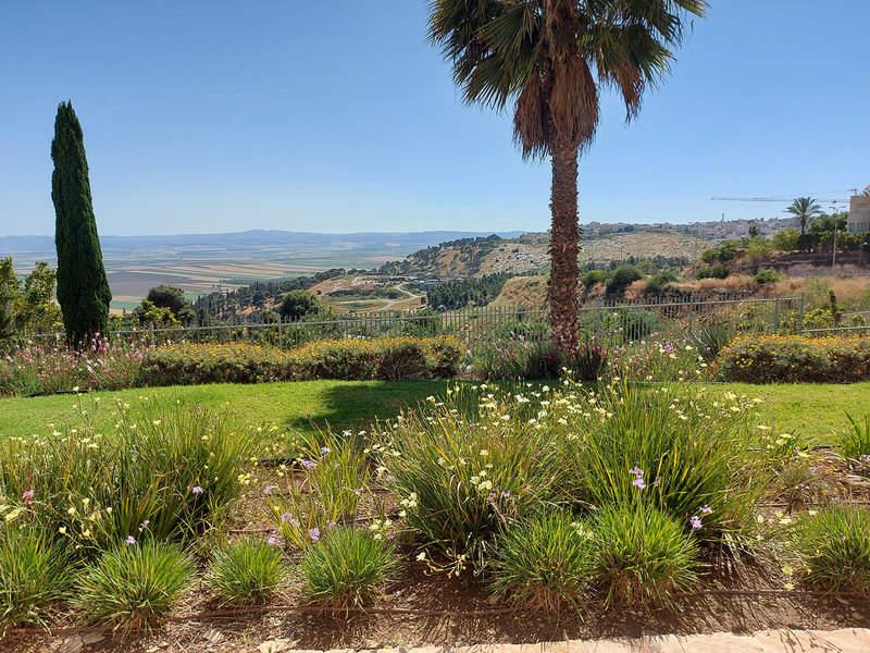 נומה עמק: נוף מרחיב לב ממרפסת סוויטה במלון גולדן קראון
