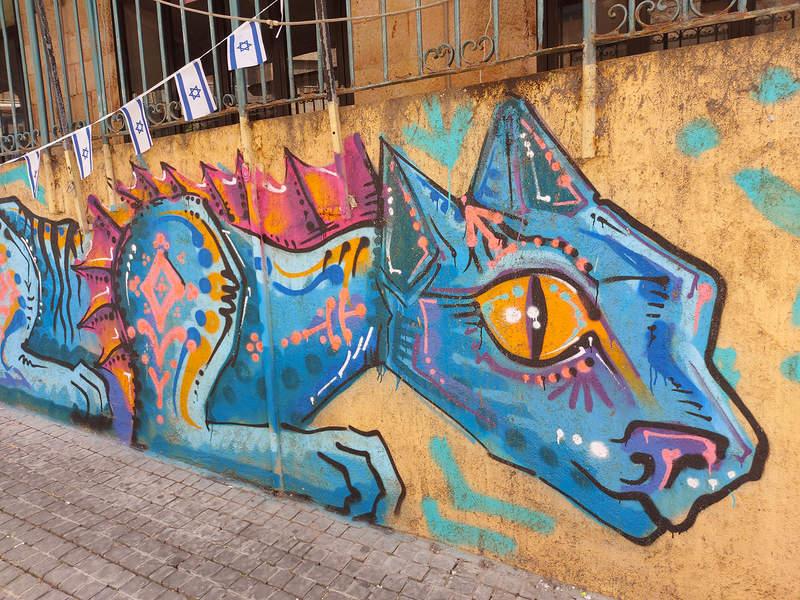 אמנות רחוב מגוונת, משבלונות עם טקסט פיוטי ועד לציורי קיר ססגוניים