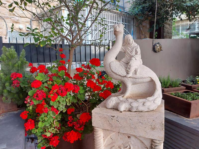 עבודת פיסול של זוהר גוטסמן בחצר מלון בצלאל