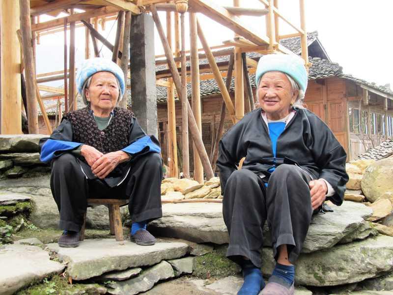בנות גואנג, המיעוט הקטן הגדול ביותר בסין - יושבות ומפטפטות במרכז הכפר