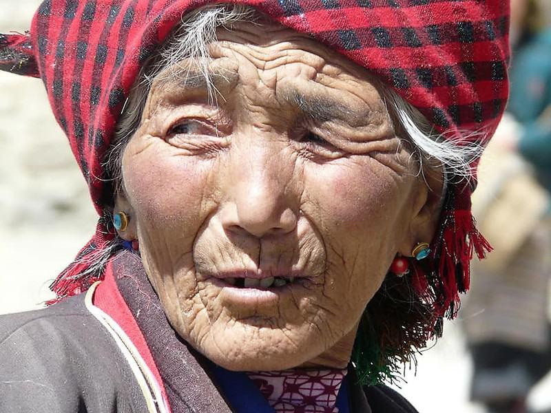 בת שבט מונג הצבעוני (נדמה שהן חובשות מגבת על הראש)