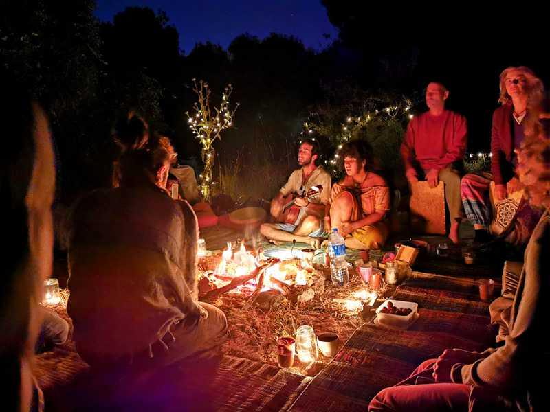 גיטרה משלחת צלילים עדינים, כלי הקשה מצטרפים בדמות תוף בוכארי, ג'מבה ודרבוקה