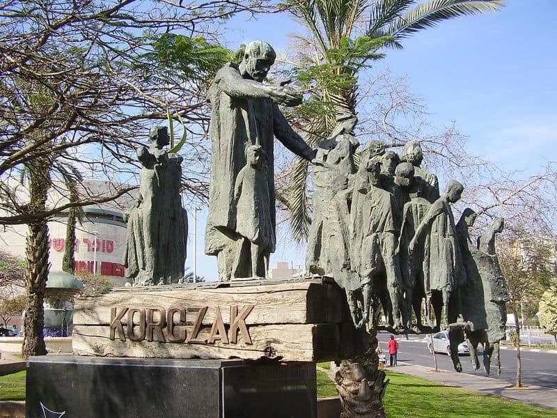 קורצ'אק ותלמידיו באנדרטה לזכרם בבת ים. צילום: דר' אבישי טייכר
