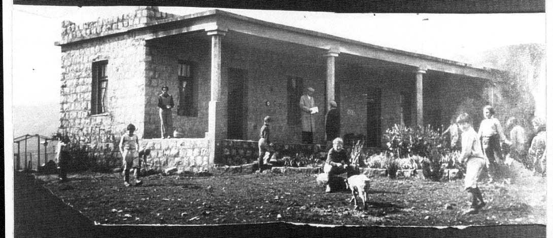 משערים שתמונה זו מנציחה את ביקור קורצ'אק בבית הספר בכפר גלעדי. האיש בחליפה במרכז המרפסת. בקצה השמאלי מ. סגל.