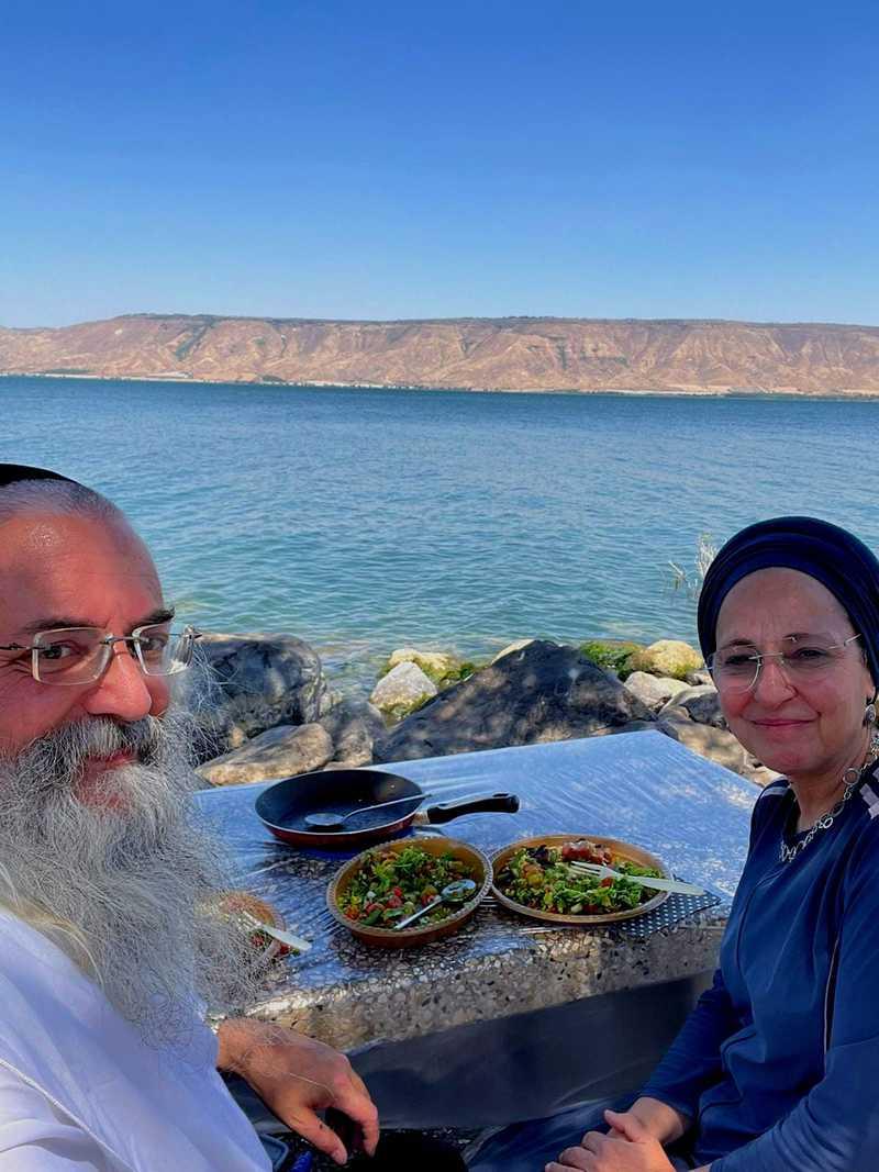 צילם: דניאל אהביאל לקראת הערב אני מקבל הודעת ווטסאפ עם תמונה של סיגל ודניאל על חוף הכנרת
