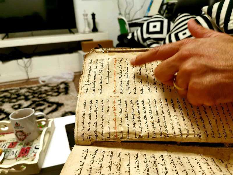 """הצצתי בספרים והכתב המעוטר ומנוקד נראה לי במבט ראשון כמו הכתב הערבי. """"זאת ארמית"""" הוא מבהיר לי """"זה הכי דומה לכתב עברי קדום. אנחנו, הנוצרים המארונים, בכל מקום בעולם דוברים לפחות שתי שפות, את שפת המקום ואת השפה המקודשת שלנו שהיא ארמית"""""""