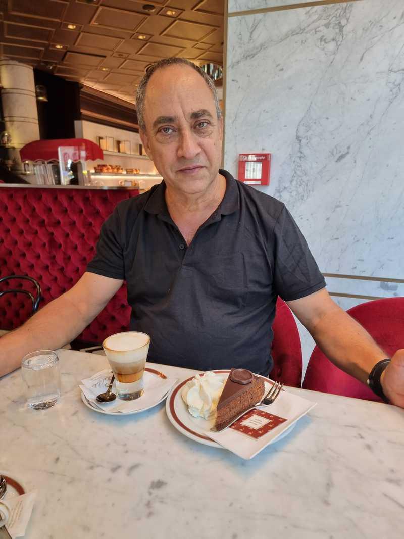 El Zacher Torte, el mismo rico pastel de chocolate con chocolate por dentro y chocolate que lo envuelve por fuera, se inventó aquí y se sirve con una variedad de cafés.