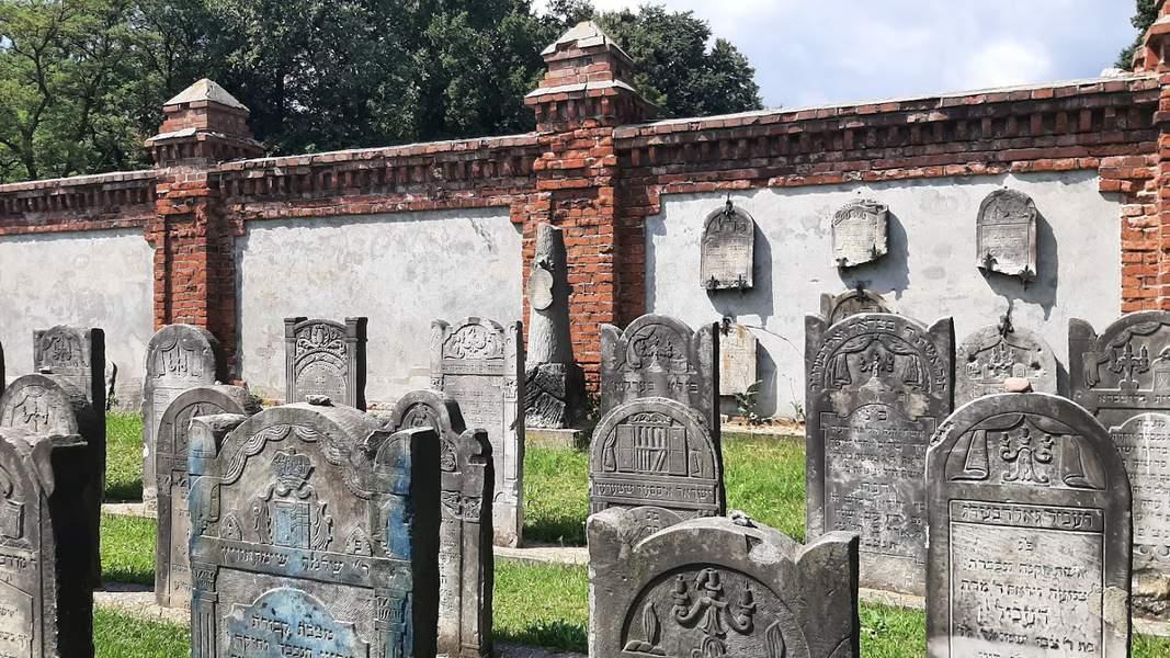בית הקברות היהודי הינו הגדול ביותר בפולין ואחד מהגדולים ביותר באירופה