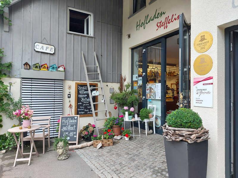 החנות הכפרית ובית הקפה במשק של משפחת שטפלין