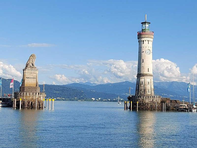 מגדלור ופסל של אריה תוחמים את הכניסה לנמל של לינדאו