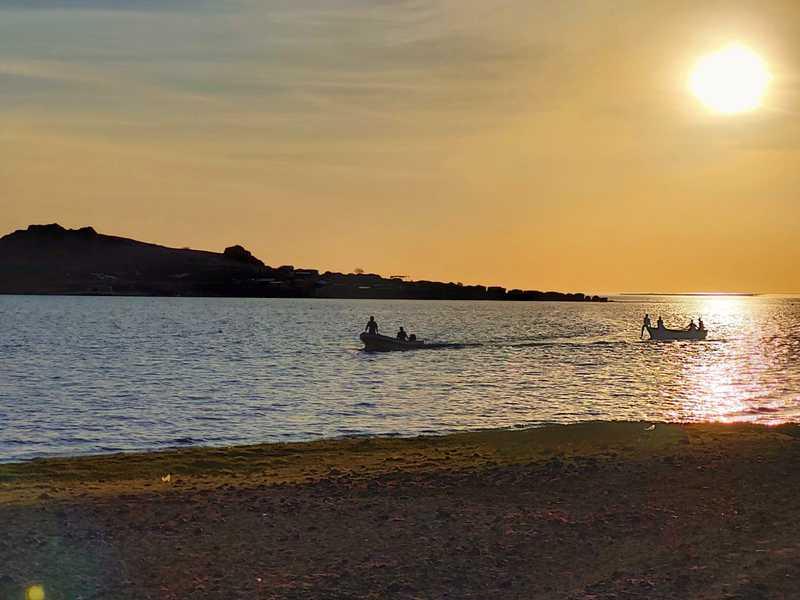 לעת שקיעה נגלה לעיננו ים הג'ייד, הוא אגם טורקנה. באור אחרון השקפנו לעבר שני הכפרים האחרונים של השבט הקטן ביותר בקניה, אל-מולו