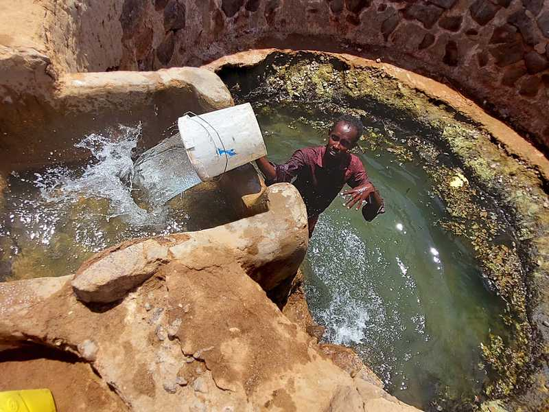 מחלק המים מילא את השוקת וקרא לאחד הרועים להביא את עיזיו. במדבר הזה משתמשים במים במשורה