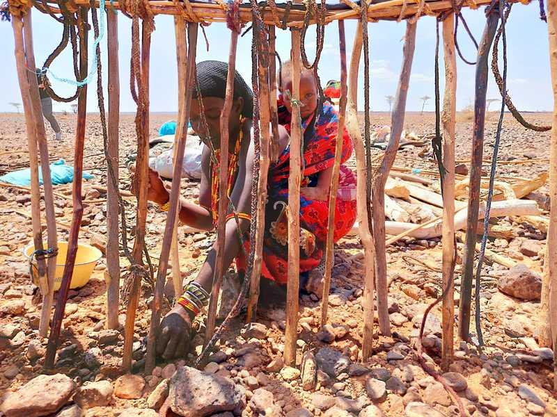 הנשים חפרו בורות קטנים באדמה, קשרו ענפים גמישים זה לזה, ושלד הבית הלך וקיבל צורה של בית