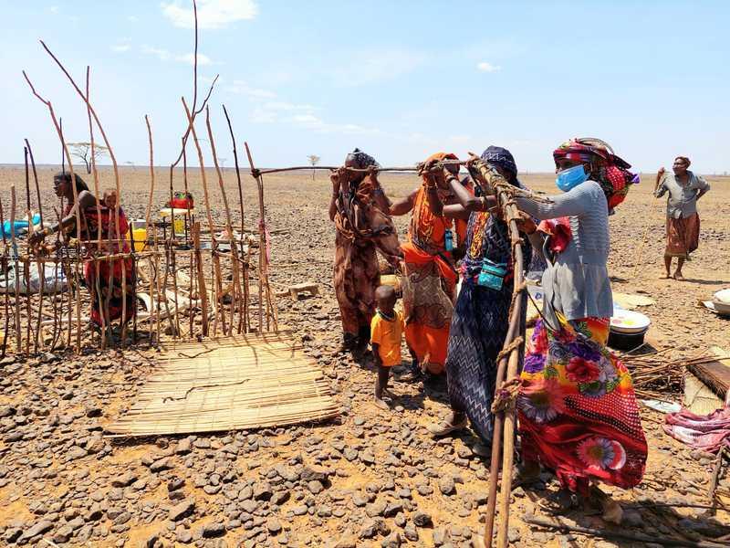 בפאתי הכפר על גבעה עמדו נשים עטויות בדים ומטפחות צבעוניים, ועמלו יחדיו בבניית בית. בת משפחתן מתחתנת וכל הנשים הגיעו לתת יד ולבנות עבורה את בית הכלולות