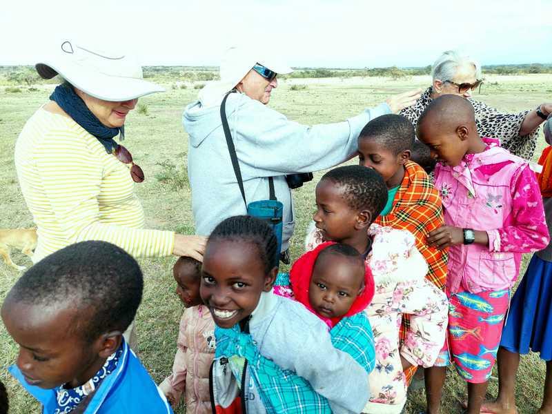 נכנסנו יחד אל הכפר בקבלת פנים מסאית, לוחצים את ידי המבוגרים ומניחים כף יד על הראשים המתולתלים של הילדים לפי ההנחיות של אתי