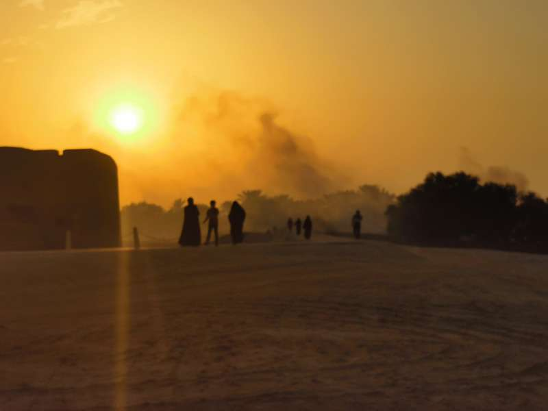 Bahrainer erfrischen sich gegen Sonnenuntergang in der Nähe von Bahrain