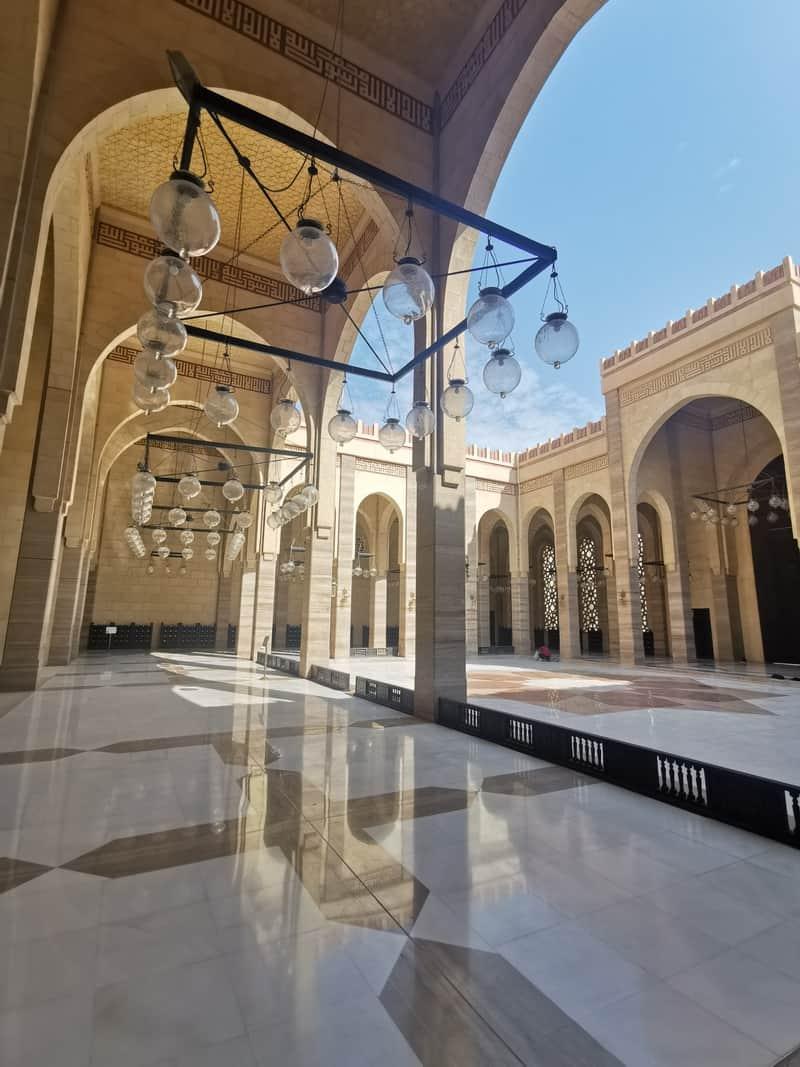 Der Innenhof der Ahmad al-Fatah-Moschee.  Die Große Moschee bietet Platz für bis zu 7000 Personen